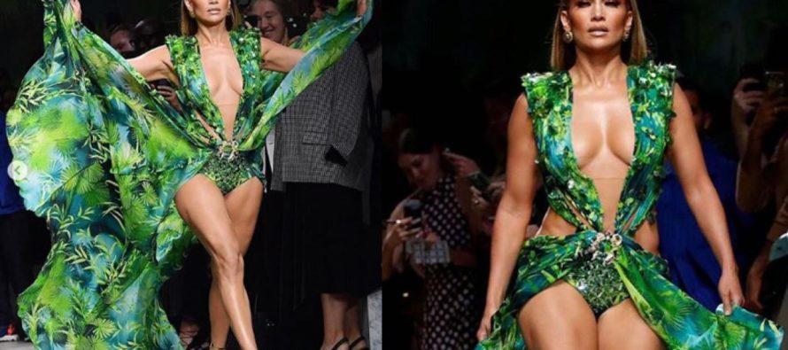 Jennifer Lopez deslumbra a todos sobre la pasarela de Versace con sexy vestido