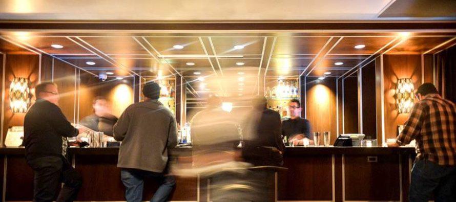Captan a los pasajeros de un crucero bebiendo mientras es sacudido por una tormenta (video)