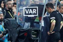 Un árbitro acudió al VAR para ver una jugada dudosa y le mostraron una insólita imagen ajena al partido (VIDEO)