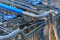 Trabajador de Walmart es sorprendido por una serpiente en un carro de compras