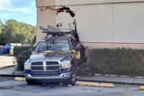 Una camioneta chocó contra Chuck E. Cheese en Orlando