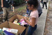 Organizaciones del sur de florida entregan juguetes a niños inmigrantes frente a las oficinas del ICE