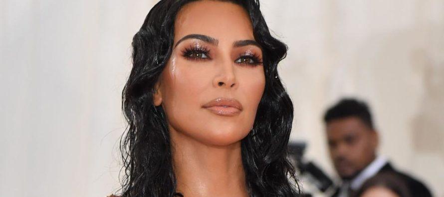 ¡Asfixiada! Así lucía Kim Kardashian el vestido que casi la parte en dos
