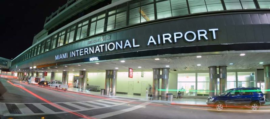 Trabajadores de catering del aeropuerto internacional de Miami protestan por salario digno