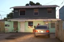 ¡Desconsolados! Desalojan a varias familias de edificación que será demolida en Miami