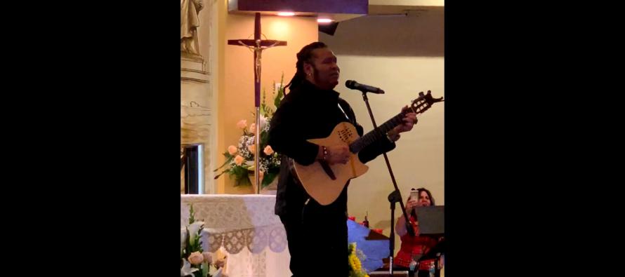 Amaury Gutiérrez le canta a la Virgen de la Caridad del Cobre en Miami