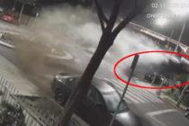 ¡Como en las películas! Carro choca contra una rotonda y sale volando (Video)