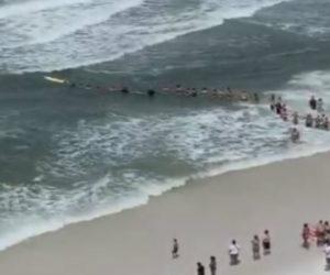 Visitantes en playa de Florida formaron cadena humana para rescatar a un nadador (VIDEO)