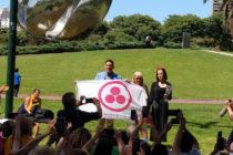 Ismael Cala recibió la Bandera de la Paz en Buenos Aires