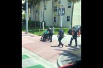 Anciano averió su silla de ruedas y fue asistido noblemente por Bombero de Miami Beach (Video)