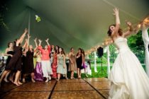 Pelea 'a muerte' de dos invitadas a una boda por el bouquet de la novia (Video)