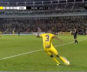 El increíble gol de tiro libre desde la media cancha que se hizo viral (VIDEO)