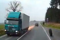 ¡Susto! Vea el accidente de un camión a toda velocidad que perdió las ruedas traseras +Vídeo