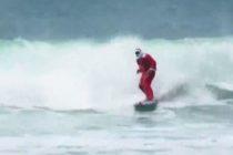 Santa soltó el trineo y agarró una tabla para ponerse a surfear en las playas de Brasil +Vídeo