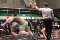 ¡Insólito! No le gustó que derribaran a su hijo en un combate de lucha libre y se metió para atacar al oponente +Vídeo
