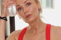 ¡Kathy Jacobs finalista! Está cerca de los 60 años y puede tumbar a cualquier modelo de 20 en la portada de 'Sports Illustrated' +Fotos