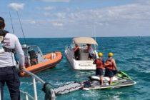Rescatan a dos personas de un bote que se estaba hundiendo en la entrada de Haulover