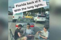 ¡Solo en Florida! El vídeo viral de tres sujetos jugando «UNO» en medio del tráfico mientras esperan que cambie el semáforo
