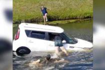 El impactante vídeo del rescate de una mujer que cayó con su carro a un canal en Florida