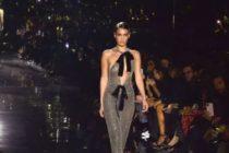 ¡Se le vio todo! Bella Hadid desfiló en un vestido totalmente transparente en la semana de la moda +Fotos