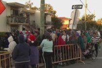 Miles de personas madrugaron a las afueras de CAMACOL para el sorteo anual de canastas de alimentos