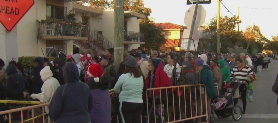 Sorteo anual de canastas navideñas: decenas madrugaron para conseguir su vale