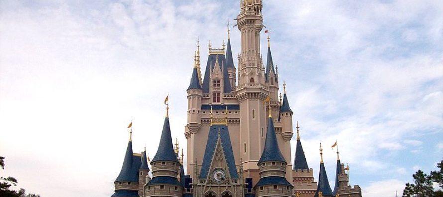 Arrestan a hombre en Florida tras encontrarle un arma en su bolso durante su visita a Disney World