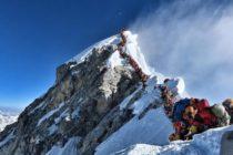 Récord mortal: cinco fallecidos tras un atasco de alpinistas que escalaban al Everest