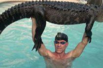 Hombre de Florida rescata un caimán de 9 pies de largo en una piscina