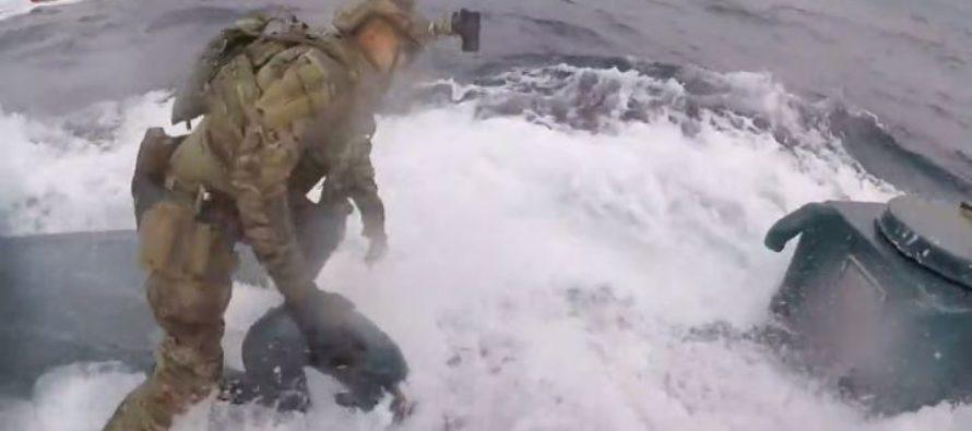 """Dramáticas imágenes de la Guardia Costera de EEUU capturando un """"narcosubmarino"""" (Video)"""
