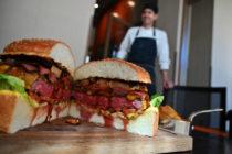 En Tokio cocinaron una imponente hamburguesa de $ 900 para honrar a su nuevo monarca