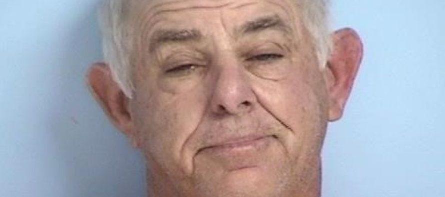 Hombre de Florida arrestado por usar su tractor para evitar que su esposa se fuera de casa