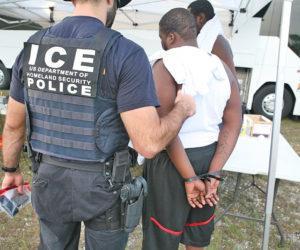 Inmigrantes ilegales de Miami siguen en vilo, suspensión de redadas no alivia preocupación