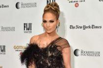 PETA acusa de asesina a J.Lo «esta bandera podría haber volado sin matar pájaros»