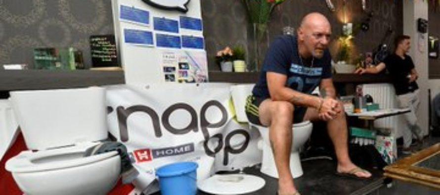 Hombre estableció récord Guinness tras pasar cinco días sentado en un inodoro