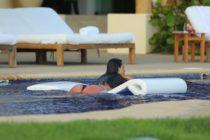 ¡De infarto! Kim Kardashian disfrutó de un día de piscina mostrando su tanga de hilo