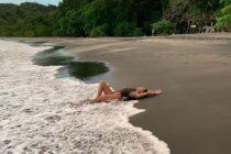 Kourtney Kardashian presume sus estrías con orgullo en traje de baño (+Fotos)