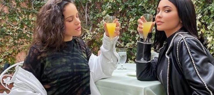 Rosalía dice «si» a Kylie Jenner y coloca un emoticono de un anillo en Instagram