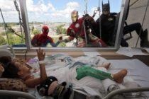 SpiderMan, Batman y IronMan sorprenden a niños desde sus ventanas en hospital de Florida