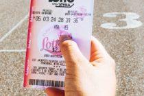 Números que soñó hace 24 años hicieron ganar $100.000 en la lotería a una mujer