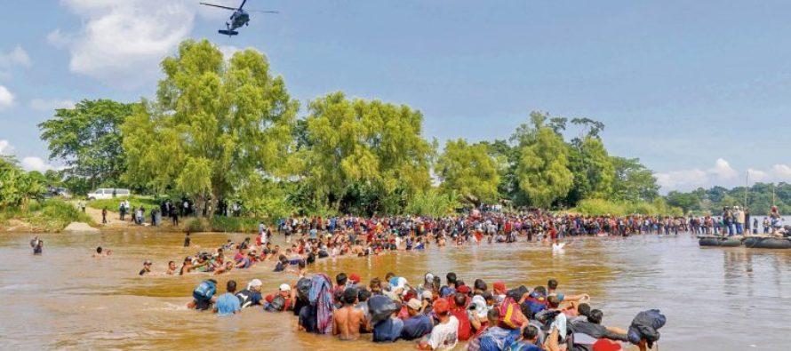 Fueron deportados 110 migrantes de la caravana que cruzó un río para llegar a México