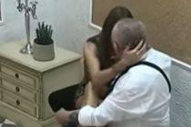 Abuelo de 74 años descubrió a su esposa de 21 años siéndole infiel con otro anciano