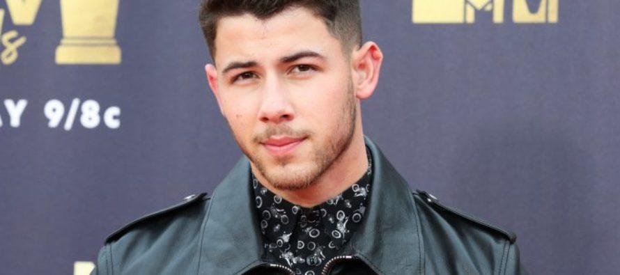 Fanática deslizó su mano entre las piernas de Nick Jonas en pleno concierto y se hizo viral (Video)
