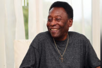 Pelé regresó a Brasil tras haber pasado cinco dias hospitalizado en París