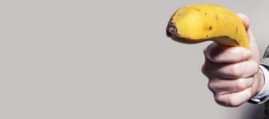 ¡Insólito! Descubre cuanto se llevó un hombre que robó banco con un plátano