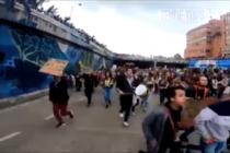 Manifestantes evitan que un policía sea apedreado en Colombia (Video)