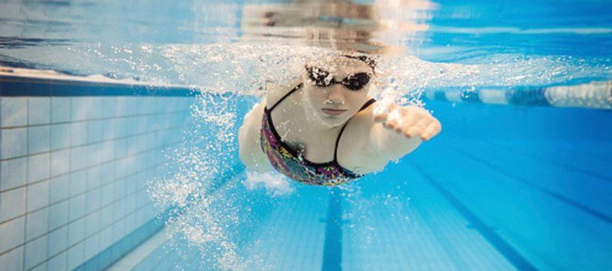 Jueces descalifican a campeona de natación porque su traje de baño se le metió entre los glúteos