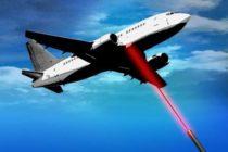 Hombre es arrestado tras apuntar con láser a los aviones que aterrizaban
