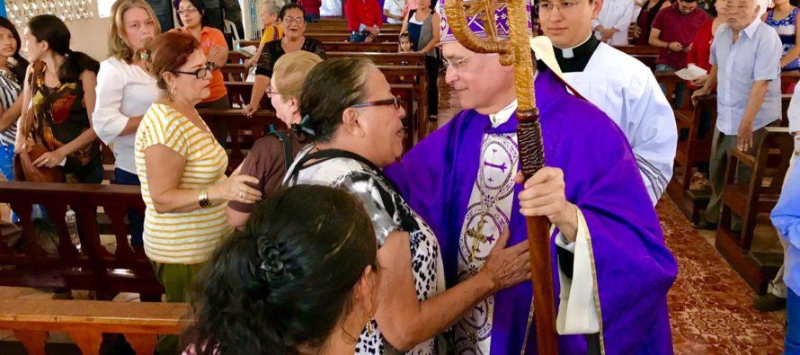 Monseñor Silvio Báez celebró una misa en Miami y partirá este lunes al Vaticano