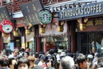 Casi les cae una ventana sobre sus cabezas mientras tomaban café en Starbucks (Video)